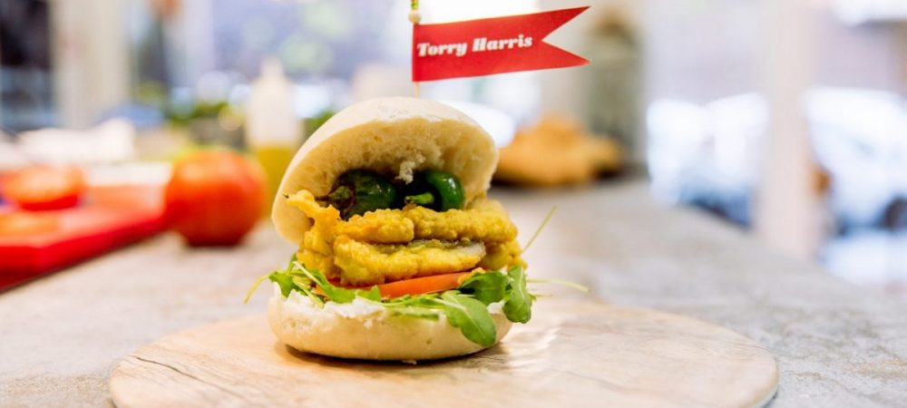 Bocadillo de bacalao Torry Harris rebozado con curry y mouse de queso