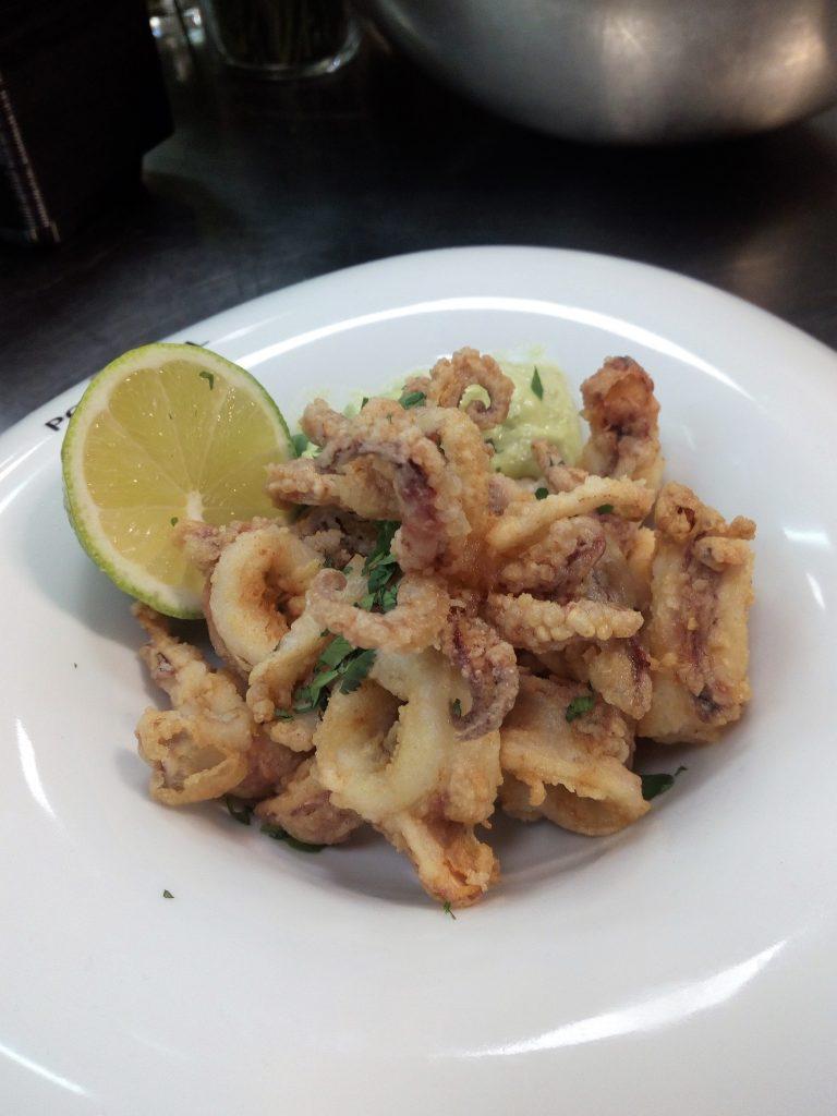 receta showcooking: Calamares rebozados con mayonesa de aguacate y tierra de maiz.