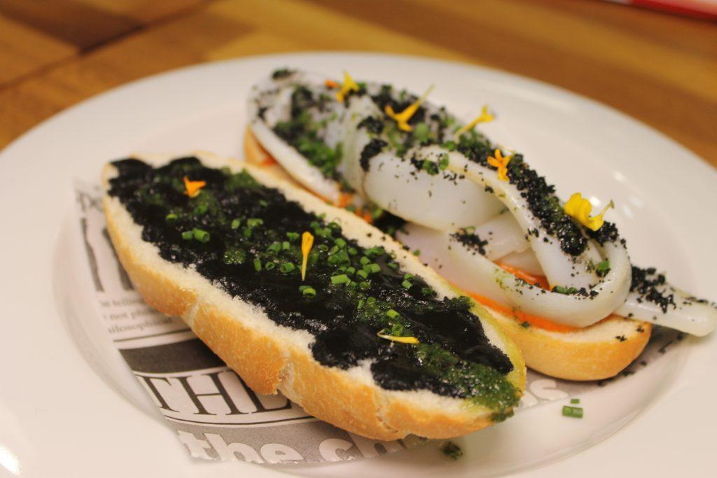 Segundo Premio concurso de bocadillos : Bocadillo de sepia bruta con salsa romesco en pan de cristal. Bar La Sequieta.