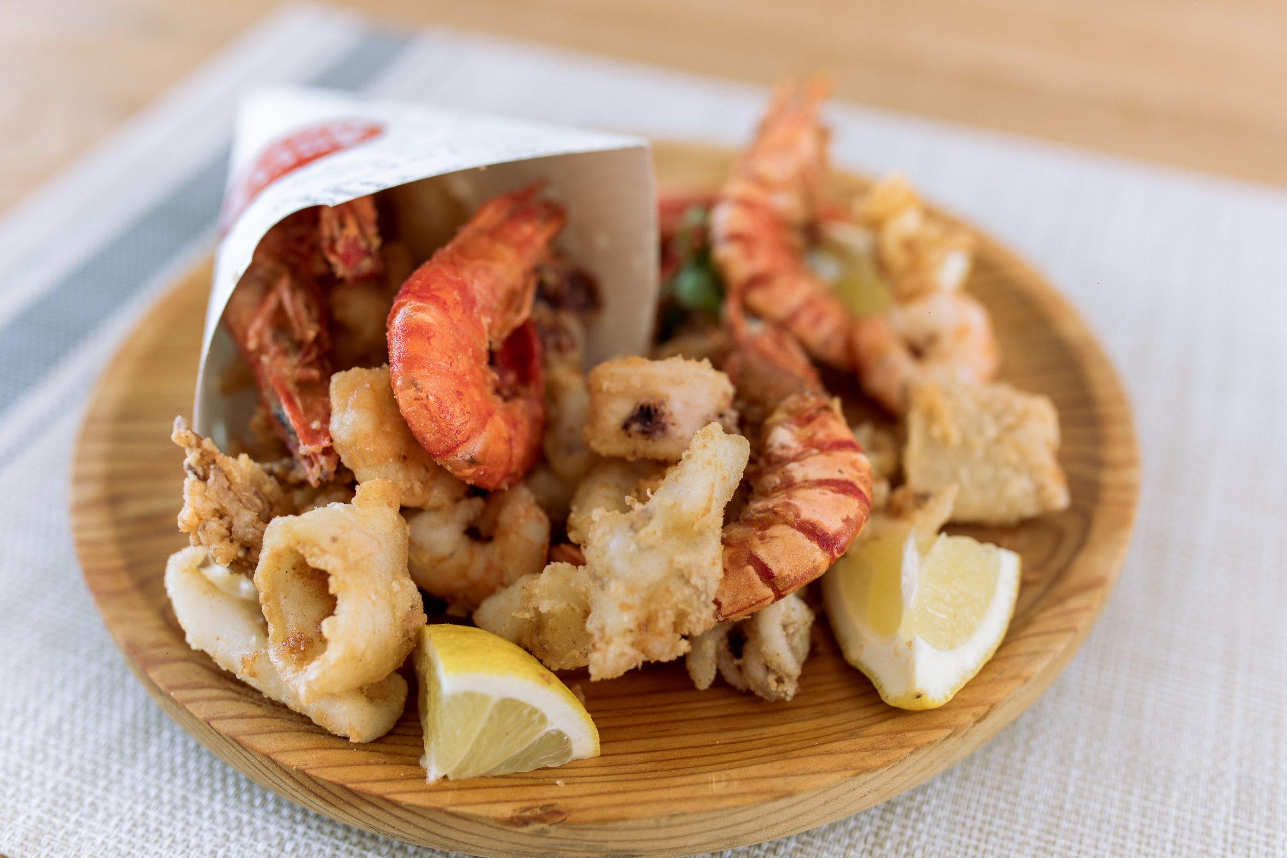fritura de sepia, calamar y langostinos